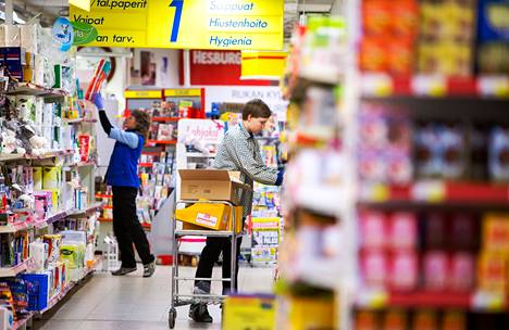 Myyjät täyttivät hyllyjä Kuusamon Rukan S-Marketissa. S-ryhmä vakuuttaa, että hintoja halvennetaan kaupan katetta pienentämällä.