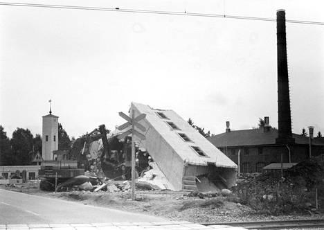 Vernissatehtaan pellavansiemenvarastona toiminut siilo purettiin syyskuussa 1981. Muistitiedon mukaan siiloa yritettiin räjäyttää alas useampaan otteeseen epäonnistuneesti, mutta lopulta se sortui tornin viereen kaivettuun monttuun. Taustalla oikealla näkyy vernissatehdas ja vasemmalla paloasema.