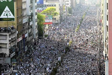 Islamia puolustavan mielenosoituksen osallistuja Motijheelin alueella Dhakassa lauantaina.
