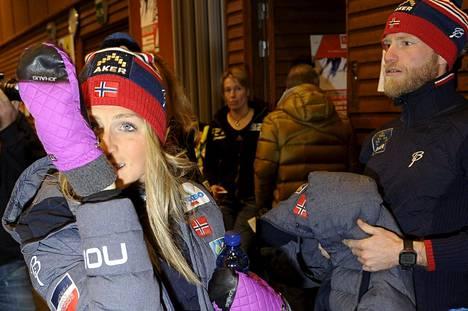 Norjan dopingkohun keskiössä olevat Therese Johaug (vas.) ja Martin Johnsrud Sundby Rukan maailmancupin kilpailun lehdistötilaisuudessa marraskuussa 2014.