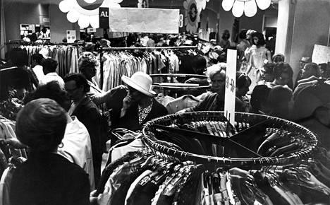 Käärepaperit peittivät vielä lauantaina alennusmyynti ilmoituksen, mutta osa tavaroista oli jo ostettavissa ja lisää vaatetankoja hinattiin varastosta liikkeen aukioloaikana ja varsinkin sen päättymisen jälkeen maanantaina aloitettavaan myyntiin.