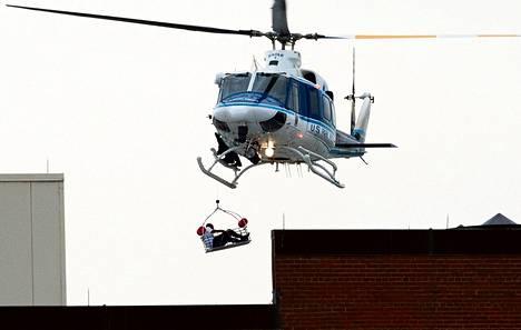 Helikopteri nosti ihmisen Navy Yardin alueella sijaitsevan rakennuksen katolta Washingtonissa maanantaina.