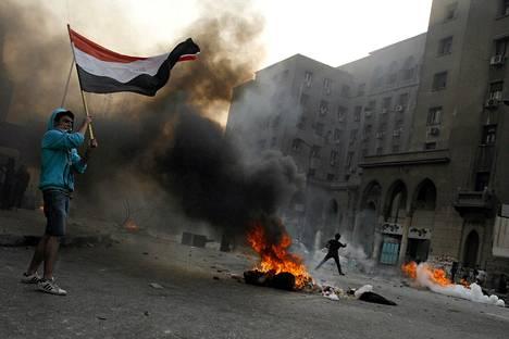 Muhammed Mursin kannattajat polttivat renkaita Ramsis-kadulla Kairossa sunnuntaina.