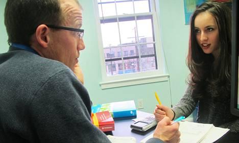 Valmennusyrittäjä Ned Johnson valmisti Sydney Kamenia lukiolaisten tasoa mittaavaan SAT-kokeeseen Washingtonissa. Useita amerikkalaisnuoria pahamaineinen koe stressaa.