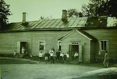 Lapsia Prijuutin pihalla 1930-luvulla. Venäjän sana prijut tarkoittaa suoja-hoivapaikkaa sekä lastenkotia.