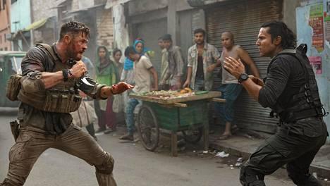 Toimintaelokuva Extraction oli Netflixin katsotuin oma tuotanto vuonna 2020. Chris Hemsworthin (vas.) ja Randeep Hoodan tappelua seurasi 99 miljoonaa katsojaa.