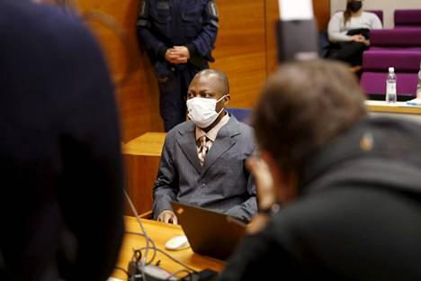 Sotarikoksista syytetty sierraleonelaismies Gibril Massaquoi, 51, Pirkanmaan käräjäoikeudessa Tampereella.