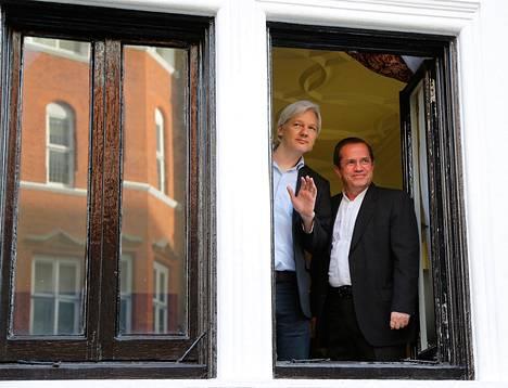 WikiLeaksin perustaja Julian Assange seisoi Ecuadorin ulkoministerin Ricardo Patinon (oik.) kanssa Ecuadorin suurlähtystön ikkunassa Lontoossa 16.6.2013.