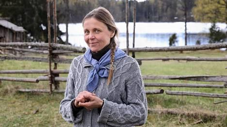 """Luonnon monimuotoisuus on myös kulttuuriperintöä. Outileena Uotila emännöi Liesjärven kansallispuistossa Korteniemen perinnetilaa, jossa eletään 1910-luvun arkea. """"Perinnetilan tärkein tehtävä on koko kulttuuriympäristön ylläpito"""", hän sanoo."""