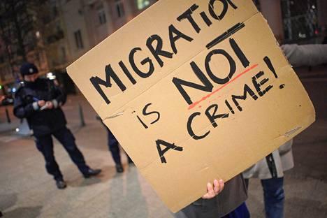 Mielenosoittajat puolustivat turvapaikanhakijoiden oikeuksia Puolan Varsovassa maaliskuussa 2020.