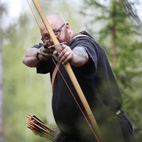 Markku Teräs metsästää jousella, koska jousia ja nuolia voi valmistaa itse.