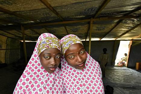 Ääri-islamilaista Boko Haram -järjestöä pakenevat nuoret nigerialaiset musliminaiset etsivät suojaa YK:n pakolaisleiriltä Tšadista.