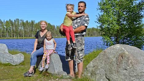 Tiia Lindqvist ja Pasi Tulensalo viettivät lomaa Hiukkajärvellä yhdessä Pasin tyttärien Nellin ja Lillin kanssa. Hiukkajärvessäkin molskii ahvenia ja haukia.