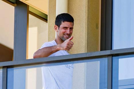 Tenniksen maailmanlistan ykkönen Novak Djokovic tervehti hotellihuoneensa parvekkeelta Adelaidesta.