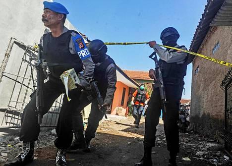 Indonesian poliisi eristi pommi-iskuista epäillyn asunnon Bandungissa Länsi-Jaavalla toukokuussa. Henkilöllä epäiltiin olevan yhteyksiä Jakartassa tehtyihin itsemurhapommi-iskuihin.