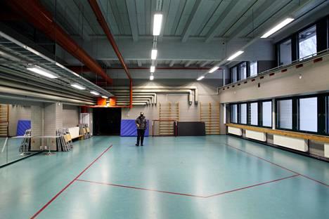 Tampereen Ratinan stadionin liikuntasaleista on määrä tulla rokotuspisteitä, kun joukkorokotukset alkavat. Liikuntapaikkamestari Perttu Sinisalo esitteli pian muunnettavia saleja perjantaina.