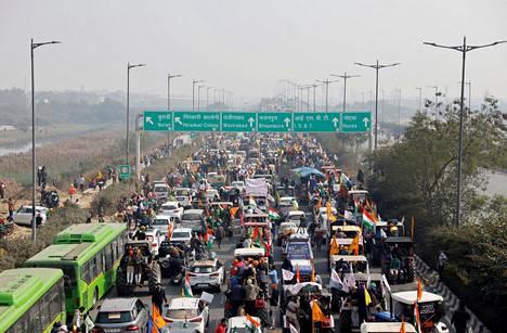 Intialaisviljelijöiden traktorikulkue ruuhkautti Delhiin johtavia teitä tiistaina.