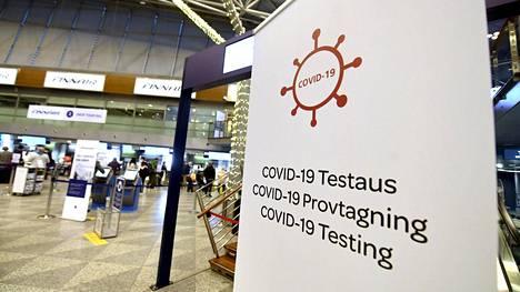 Koronatestauskyltti Helsinki-Vantaan lentokentän lähtöaulassa jouluaatonaattona 23. joulukuuta.