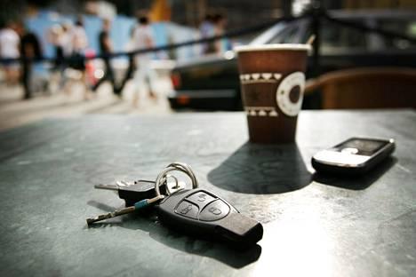 Autoilija tyypillisesti jättää avaimensa esimerkiksi huoltoon, jotta huoltoliike voi tehdä tehtävänsä. Kuvituskuva.