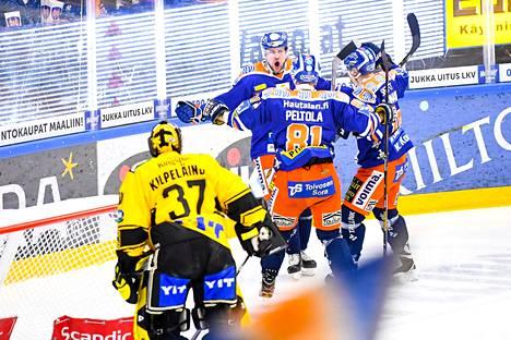 Teemu Nurmi (17) teki Tapparan avausmaalin ja tuuletti sitä Jukka Peltola (81) ja Veli-Matti Savinaisen (19) kanssa.