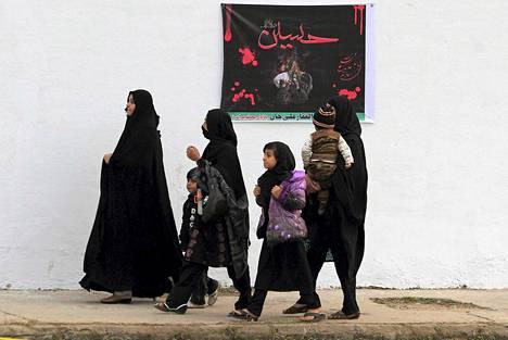 Naiset matkalla Asna Ashrin -moskeijaan Islamabadissa juhlistaakseen shiite-muslimien Ashura-juhlaa.