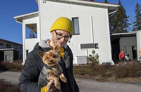 Tomi Ellenberg ja Oliver-koira.