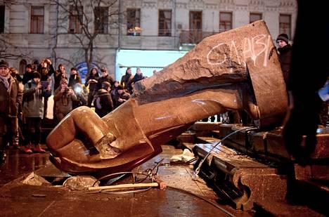 Presidentti Viktor Janukovytšia vastustavat mielenosoittajat kaatoivat Vladimir Leniniä esittävän patsaan Kiovassa 8. joulukuuta vuonna 2013.