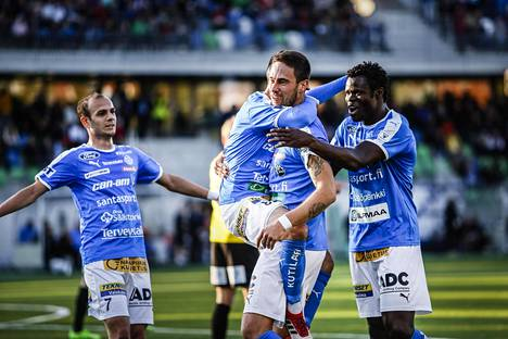 Vahid Hambo juhli maalia FC Honkaa vastaan Veikkausliigan ottelussa.