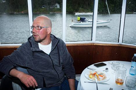 Vaikka vene keinuisi miten paljon tahansa, Kari Nurmi syö aina lautasen tyhjäksi.