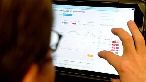 Mies tutkii pörssikurssigrafiikkaa Helsingin pörssin verkkosivuilta tiistaina noin kello 10.15.