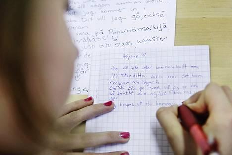 Kuudesluokkalainen Camilla Jauhiainen kirjoittaa kirjettä ruotsintunnilla Taivallahden ala-asteella.