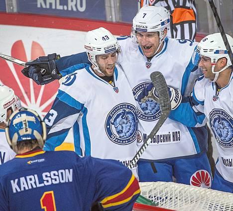 Dinamo Minskin pelaajat juhlivat Ryan Vescen (oik.) tekemää voittomaalia.