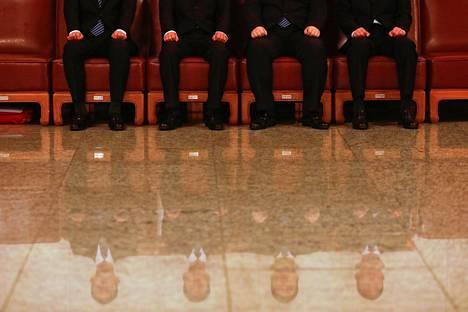 Turvamiehet odottavat rivissä Kiinan kansan neuvoa-antavan poliittisen konferenssin täysistunnon aikana parlamenttitalossa Pekingissä lauantaina.