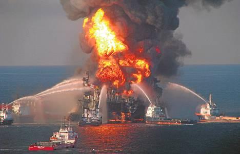 Paloveneet sammuttivat roihuavaa Deepwater Horizonia Louisianan edustalla huhtikuussa 2010.