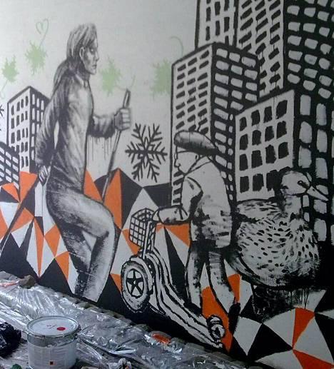 Harmaa seinä kuvitettiin viime viikolla Martinlaaksontien alikulkutunnelissa.