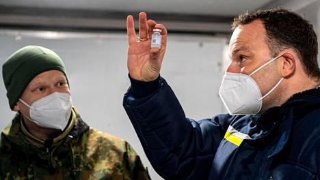 Saksan terveysministeri Jens Spahn silmäili ampullia vieraillessaan Saksan puolustusvoimien tukikohdassa Quakenbrückissa.