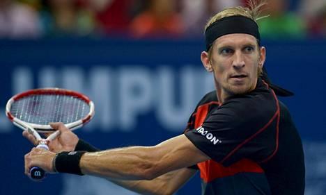 Jarkko Nieminen hävisi kolmessa erässä välieräottelunsa Kuala Lumpurin ATP-turnauksessa.