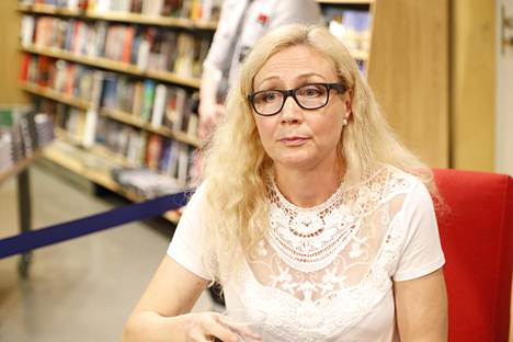 Anneli Auer vaatii valtiolta yli kahden miljoonan euron kärsimyskorvauksia. Auer on kuvassa Tampereella viime vuoden syyskuussa esittelemässä kirjaansa.