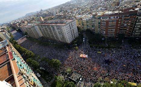 Sadattuhannet Katalonian itsenäistymisen kannattajat osoittivat kaksi viikkoa sitten mieltään Barcelonan kaduilla.