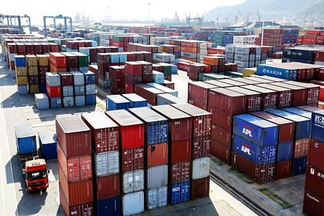 Rahtialusten kontteja Lianyungangin satamassa Kiinan itärannikolla.