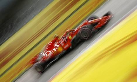 Kimi Räikkönen oli nopein perjantai-illan harjoituksissa Singaporen katuradalla.
