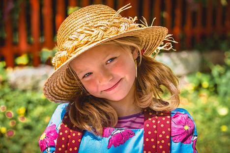 Heinähattua esittää 8-vuo tias Emelia Levy.