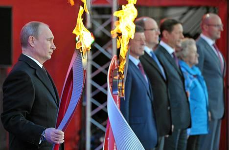 Presidentti Vladimir Putin sytytti Sotšin olympiatulen sunnuntaina Moskovassa.