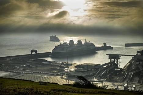 Doverin satama on normaaliaikoina hyvin kiireinen. Sataman kautta kulki vuonna 2019 lähes 10,9 miljoonaa henkilömatkustajaa.