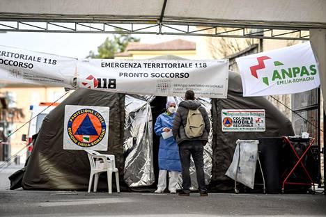 Koronavirusta varten pystytetty päivystysosasto Pieve Fissiragassa sairaalan yhteydessä Pohjois-Italiassa.