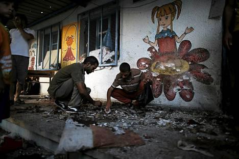 Palestiinalaiset raivasivat räjähdyspaikkaa YK:n koulussa Gazassa keskiviikkona.