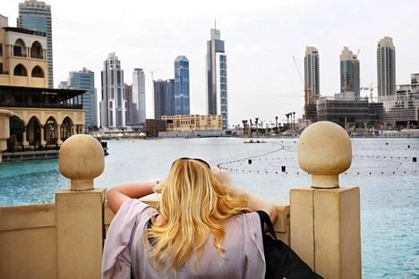 Matkailija ihailee näkymiä Dubain keskustassa.