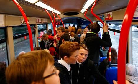 Koululaiset ajoivat kotiin bussilla Edinburghissa huhtikuun lopussa.