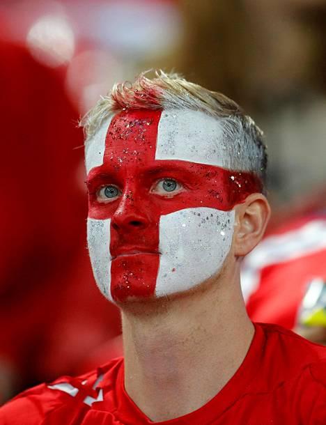 Englantilainen jalkapallofani ennen maanantain Englanti–Slovakia-MM-karsintaottelua Lontoossa.
