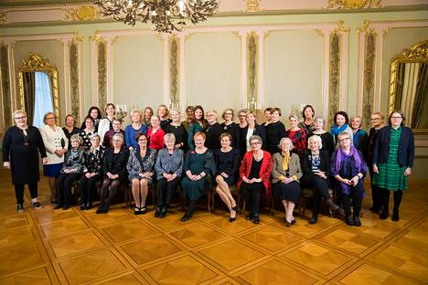 Yhteiskuvassa Suomen elossa olevat entiset ja nykyiset naisministerit, jotka osallituivat Suomi 100-hengessä järjestettyyn tapahtumaan.